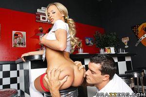 Смазливая барменша блондинка предпочитает секс в анальную дырочку на работе 8 фото