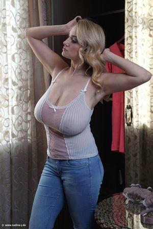 Фигуристая блондинка вывалила огромные дойки 4 фото