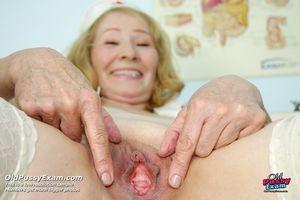 Старая медсестра растягивает пизду у себя в кабинете 7 фото
