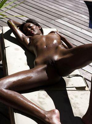 Тощая негритянка отдыхает на солнышке. 23 фото