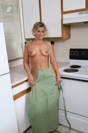 Мамашка разделась на кухне 11 фото