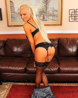 Гламурная блондинка в чулках развлекается с обладателем толстого полового органа 1 фото