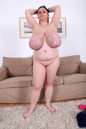 Темноволосая толстуха с огромной грудью с венами. 10 фото