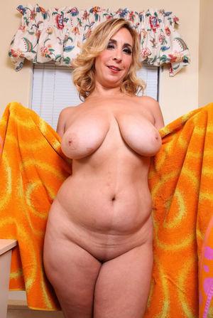 Зрелая блонди принимает ванну