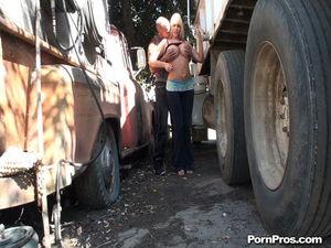 Дальнобойщик имеет грудастую проститутку между фурами 4 фото
