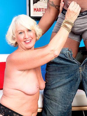 Молодой негр со старой женщиной 0 фото