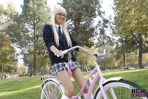 Очкастая блондинка сосет на улице хуй 2 фото