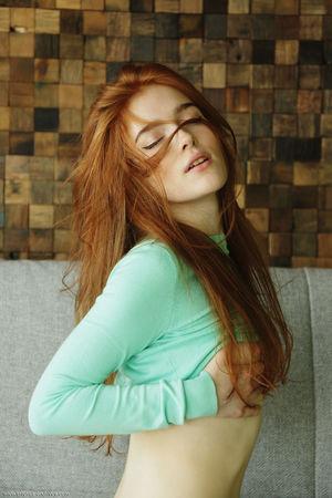 Рыжеволосая Jia Lissa разделась на диване 1 фото