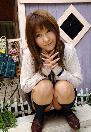 Миниатюрная азиатка светит своей волосатой пиздой 8 фото