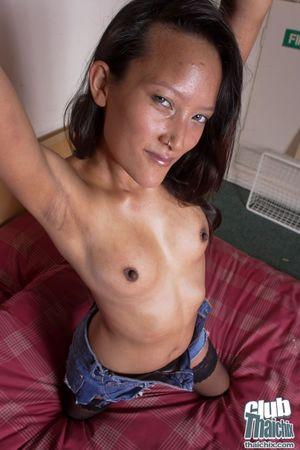 Смуглая китаяночка шалит на кроватке 13 фото