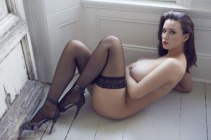 Эротические фото страстной брюнетки. 17 фото