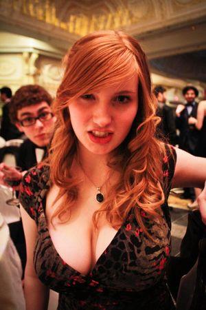 Девушки с огромной грудью в одежде 10 фото