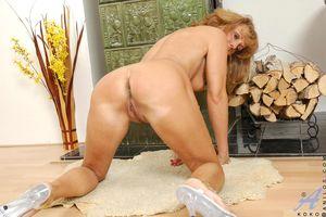 Блондинистая милфа сует в пизду блестящий дилдо 13 фото