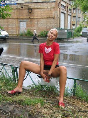 Блондинка трахает себя самотыком на улице. 14 фото
