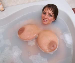 Пухлая дамочка с большими дойками купается в ванной 7 фото