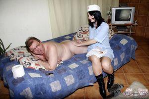 Старый пузатый мужик поимел молоденькую медсестру у себя в квартире 6 фото
