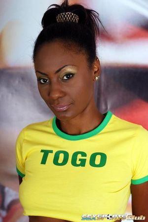 Красивая негритянка в футбольной форме 0 фото