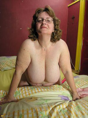 Толстая баба дрочит жирную пизду на кровати 13 фото