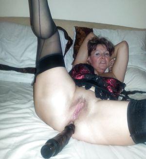 Женщина за 40 тыкает в пизду черный вибратор 1 фото