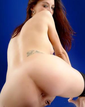 Беременная красотка устроила себе эротическую фотосессию 13 фото