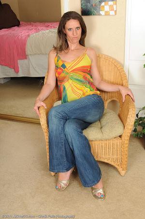 Зрелая женщина демонстрирует стройное тело 0 фото