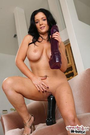 Сочная брюнетка любит большие секс игрушки 4 фото