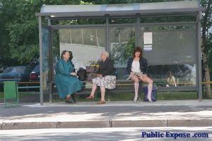 Девушка из России оголяет волосатую пизду в публичных местах 3 фото