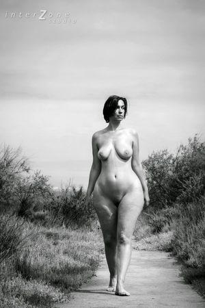 Черно-белое фото зрелки с широкими бедрами 6 фото