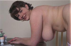 Пухлая женщина показала волосатую пизду 4 фото