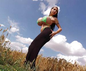 Худенькая брюнетка с силиконовой грудью 8 фото