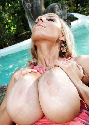 Блондиночка отдыхает голышом 6 фото
