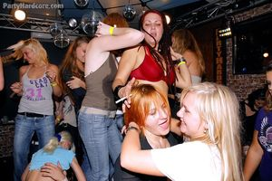 Пьяные девушки набросились на стриптизеров 12 фото