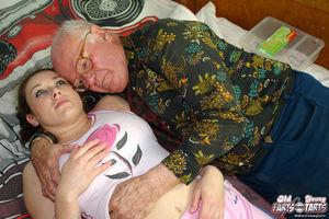 Помогла пенсионеру расслабиться и кончить 6 фото