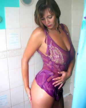 Женщина принимает ванную в прозрачном пеньюаре 1 фото