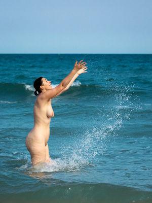 Голая женщина с широкими бедрами на пляже 4 фото