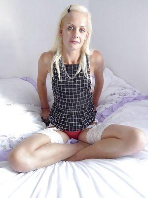 Худая блондинка в красных трусах 4 фото
