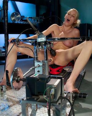 Секс машина заставила кончить грудастую блондинку 7 фото