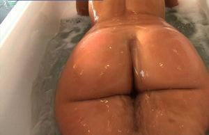 Rosee Divine купается в ванной 9 фото