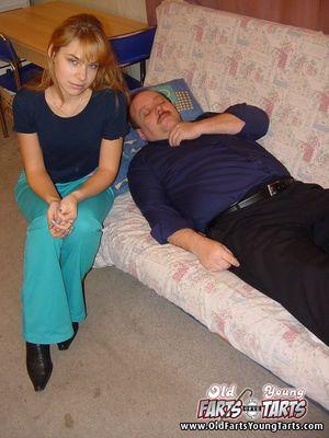 Молодая блондинка разбудила отчима минетом 2 фото