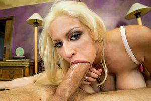 Сочная блондинка любит в попку