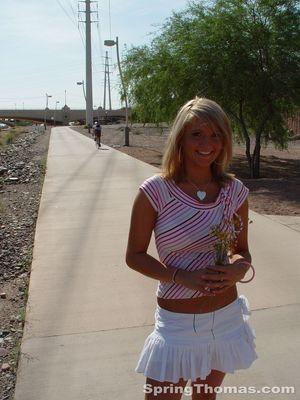 Блондинка задирает юбку в публичных местах 10 фото