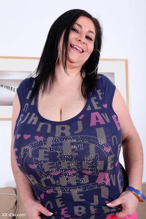 Огромные сиськи у счастливой брюнетки 6 фото