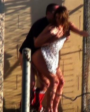 Очевидец снял, как девушка ебется с парнем на улице 7 фото