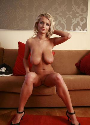 Белокурая деваха с обвисшей грудью. 2 фото