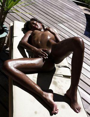 Тощая негритянка отдыхает на солнышке. 22 фото
