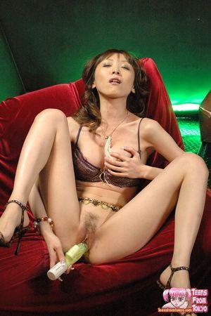 Худая азиатка в нижнем белье ласкает мохнатку 13 фото