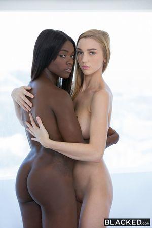 Лесбиянки развлекаются 6 фото