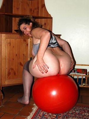 Зрелая дама скачет свое большой жопой на мяче 3 фото