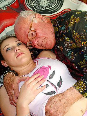 Помогла пенсионеру расслабиться и кончить 0 фото