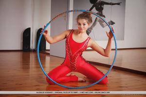 Рыжая гимнастка показала стриптиз с обручем 3 фото